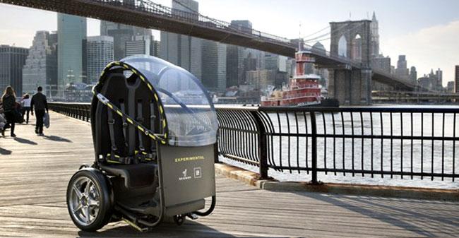 Zanimivo vozilo za mestno vožnjo, ki spominja na rikšo.