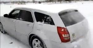 Kako hitro in učinkovito očistiti zasnežen avto?