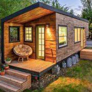 Energetsko učinkovita hiška iz večinoma naravnih materialov, ki jo lahko postavimo kjerkoli